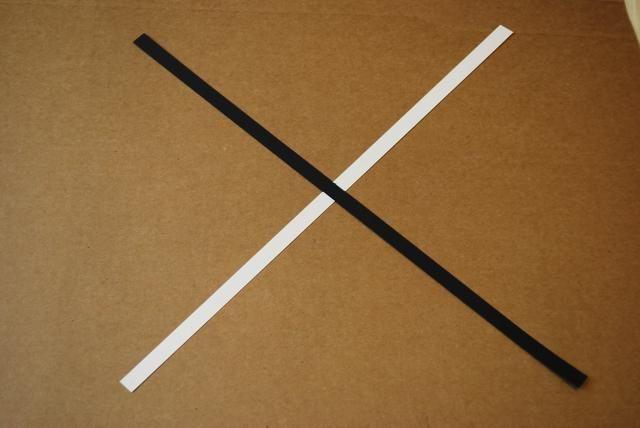 Coloque una tira de negro sobre el blanco de manera que se forma una X.
