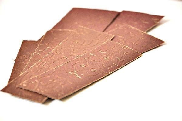 Ejecute la cartulina marrón a través de su gran disparo (o similar) con su elección de la carpeta de grabación en relieve. Estos serán utilizados en el frente y los lados de la bolsa.