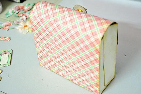 Adherirse una hoja de papel con dibujos en la parte posterior de pasar por el frente, por lo que al menos 2 pulgadas como colgajo.