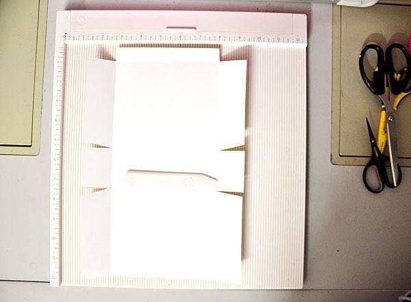 Para hacer la bolsa, he usado 1 hoja de cartulina blanca de tamaño A4. Tome en cuenta que el ancho de la parte inferior depende de la cantidad de cartas que'll put inside. For this sample, bottom width is 2 inches