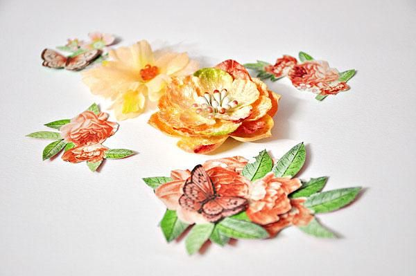 Recoge algunos más recortes y flores para decorar la parte delantera de la bolsa.