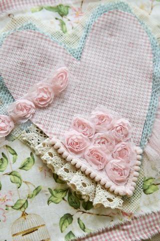 Añadir una cinta rosa y encaje entre los patrones heart`s.