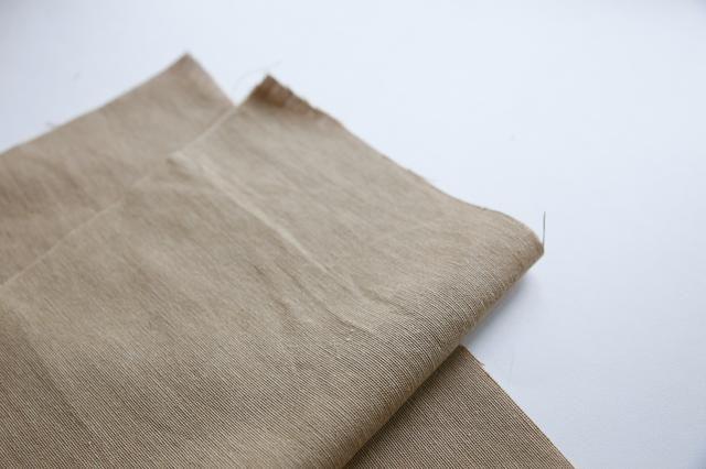 Cortar 2 piezas de tela gravamen 27/30 centímetro.