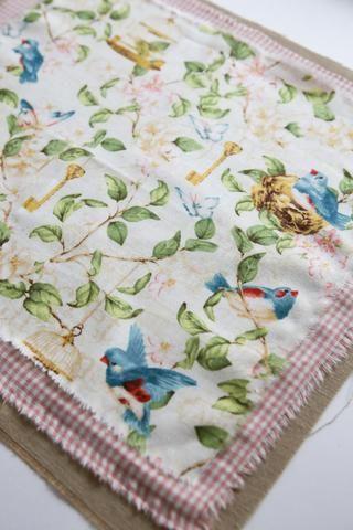 Tome la primera parte de la almohada y retire la segunda parte. Corte dos piezas de tela de algodón de tamaño más pequeño. En un centímetro jaula 25/28, Secret Garden G45 tela de 22/25 centímetros.