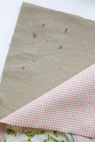 Aplique unas gotas de pegamento para fijar todos los detalles.