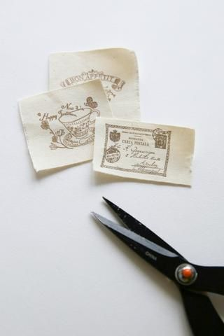Corte un pequeño trozo de tela impresa cinta.