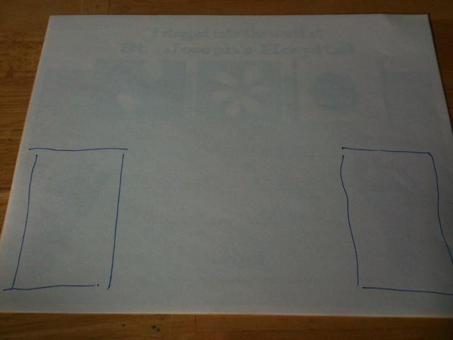Tome un pedazo de papel de impresora blanco normal y esbozan donde las huellas son