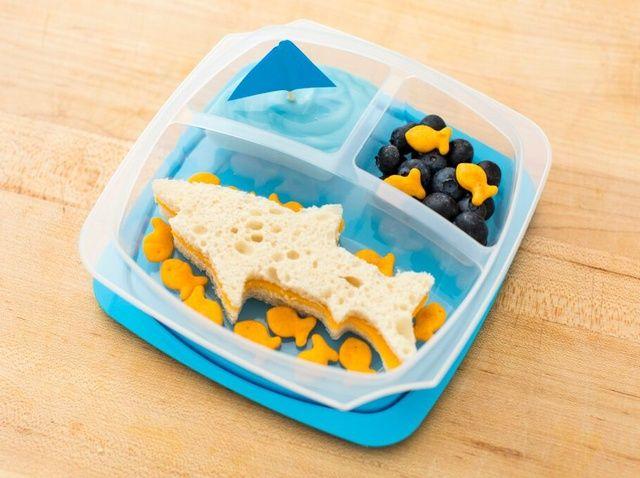 Cómo hacer un almuerzo tiburón temático para el regreso a la receta de la Escuela