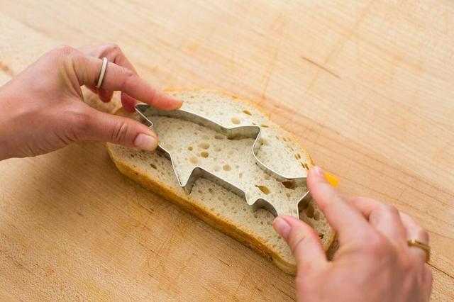 Utilice el cortador de la galleta de tiburón para perforar el centro del sandwich.