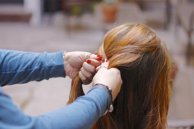 ... Como tantas. Trabajar con el cabello en sus manos hasta que usted comienza a recibir alguna forma. Una vez que la trenza comienza a tomar forma, a continuación, usted puede incorporar el pelo más suelto sobre la marcha.