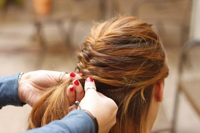 Tome secciones ligeramente más gruesas de pelo de la parte que desea la trenza para barrer lejos.
