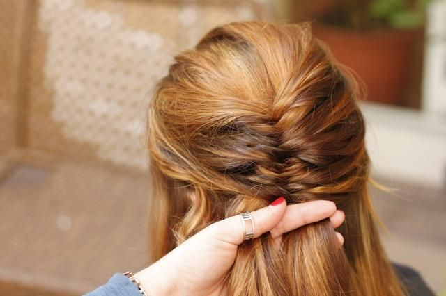 Tome piezas ligeramente más delgadas de cabello de la parte que desea la trenza para barrer a. Ver cómo la trenza está empezando a dar forma al lado izquierdo?
