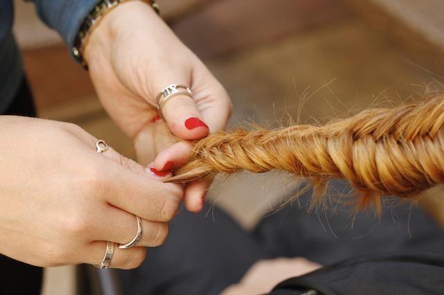 Trenzar todo el camino hasta los extremos. Esta es una gran trenza de cabello en capas debido a que las capas se asoman a cabo, dándole un toque vivir-en.