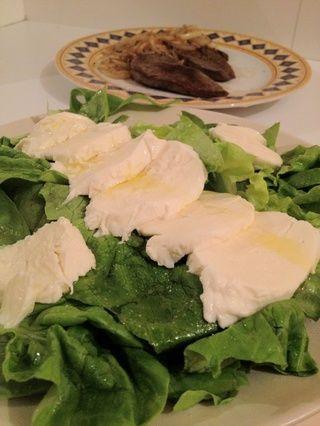 Este simple ensalada va bien con muchos platos, precisamente por su sencillez. Si usted está buscando una sugerencia revisar la