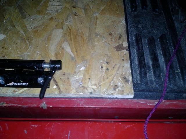Mida la distancia entre los agujeros de los tornillos en el tenedor de montaje y perfore dos agujeros a través de la madera para fijar los soportes de horquilla con pernos y tuercas nyloc.
