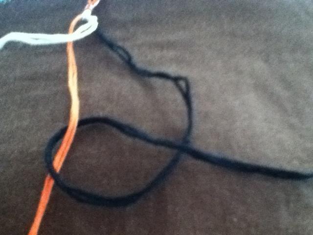 Traiga final del hilo por debajo del hilo central y sobre sí mismo. Este es otro nudo hacia atrás. Tire del nudo de la parte superior.