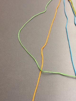 Trabajar desde afuera hacia adentro, ponga el primer color en el exterior (verde), a lo largo de la cadena junto a él (naranja)