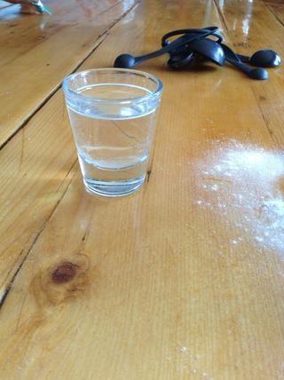 Ahora agregue suficiente agua para hacer una pasta.