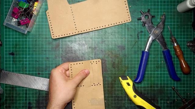 Sostenga la tira de un agujero de la ranura para tarjeta de fondo, marque la posición de los 2 agujeros que necesitará a cada lado y ponche de ellos. Asegúrese de dejar suficiente espacio entre agujeros.