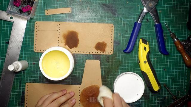 Estoy añadiendo un poco de acondicionador de cuero y aceite hasta el final y sellar el cuero antes de coser (opcional)