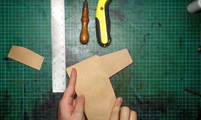 Ponga los pedazos juntos y utilizar algunos clips de la carpeta para mantenerlos alineados para el siguiente paso.