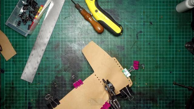 Perforar los agujeros en las dos piezas al mismo tiempo.