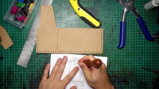 Marque las ranuras para tarjetas. Tenga cuidado de no llegar demasiado cerca de los principales agujeros de costura perforados en el paso anterior