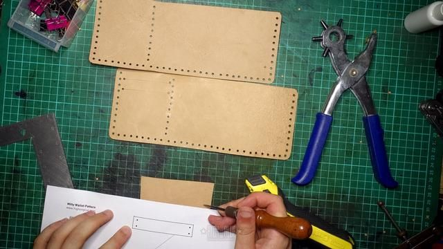 Cortar la tira que sujeta la solapa hacia abajo. Nos alineamos los agujeros de costura en el siguiente paso