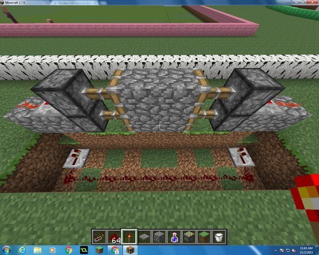Entonces usted quiere poner un repetidor Redstone justo en frente de el agujero con la antorcha Redstone. Después de eso, tome su diez por Redstone y conectarlo directamente al centro.