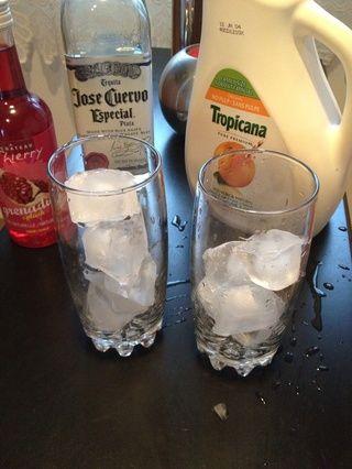 Llenar las copas a mitad de camino con hielo