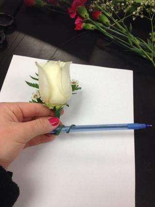 Utilice un bolígrafo, lápiz, o restos de madre para envolver el alambre de ida y vuelta para crear un