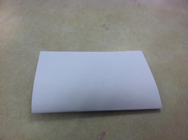 Dobla las hojas de papel de copia en medio. (Hamburger veces)
