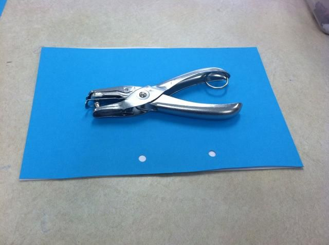 Línea 1 pedazo de cartulina con 5 hojas de papel de copia. Haga agujeros en la parte superior de los agujeros en la cartulina.