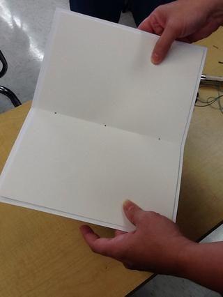 Los orificios deben estar alineados en el pliegue. Uno en el centro, y una pulgada de cada extremo.
