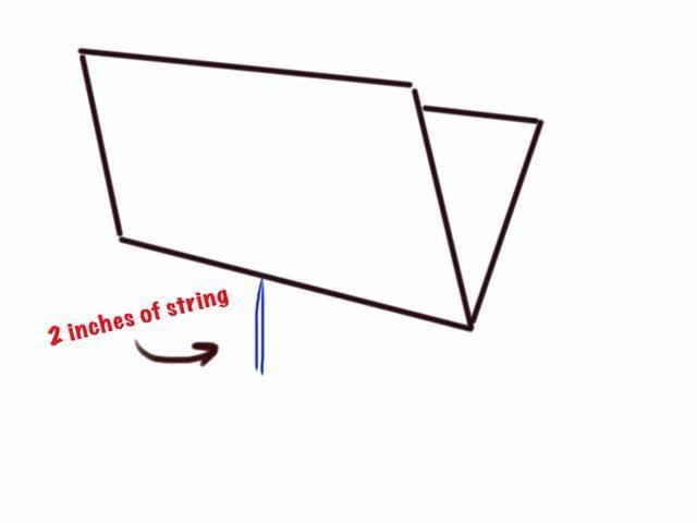 Tirar de la cuerda hasta que cerca de 2 pulgadas de los extremos se dejan colgando en el borde exterior del libro.