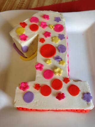Deje hermano mayor decorar el pastel para su hermanita! Él's only 2 and it was his first time. I think he had fun.