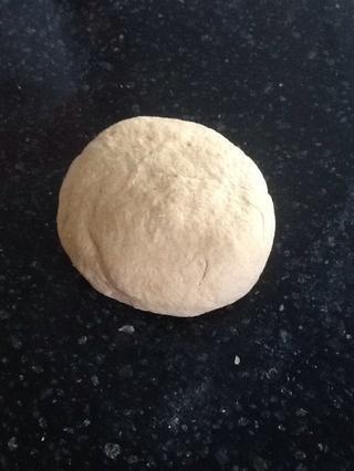 Amasar la masa hasta que esté muy suave, incorporando toda la harina floja del tazón, aproximadamente 5 minutos. Si la masa se siente muy pegajosa, añadir una cucharadita (hasta unas cucharadas) o menos de la harina y amasar hasta que quede suave.