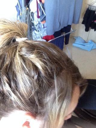 Ate su cabello en un pony a cualquier altura deseada