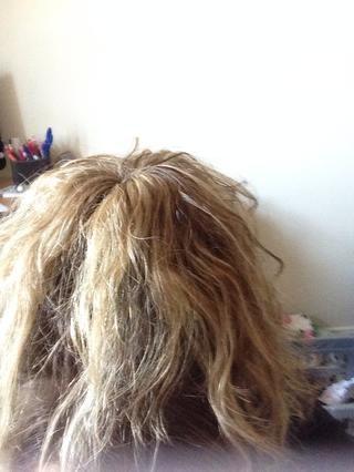 Separe su cabello alrededor de ella como esta