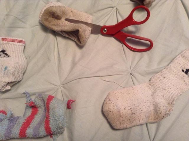 Dobla los calcetines por la mitad y cortar un agujero a través de todos los calcetines. Haga sus propios patrones, pero cuanto más se ata el más divertido.