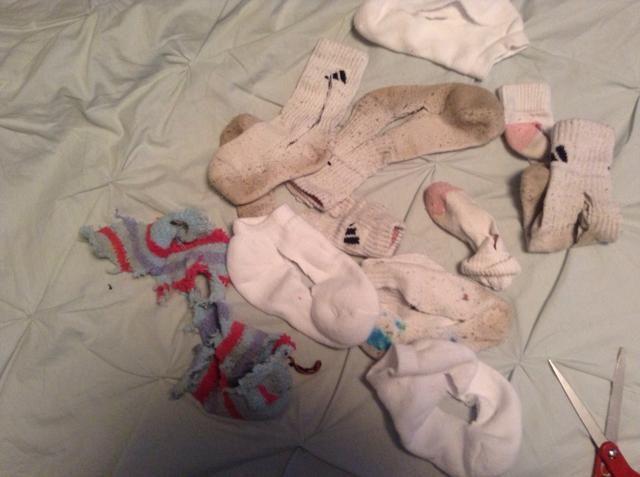 Una vez que todos los calcetines se cortan, se inicia atar nudos, cada que manera se puede y tratar de doble y triple nudo.