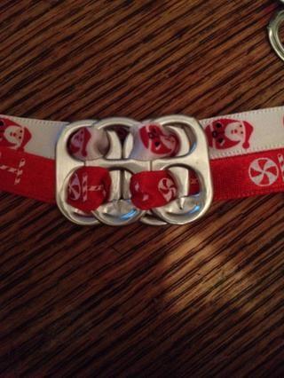 Como tan. Añadir quinta pestaña en la pestaña 4, al lado de la pestaña 3. Mantenga enhebrar la cinta a través y la adición de pestañas, como se muestra en los pasos anteriores, hasta llegar a la longitud de la pulsera deseado tabuladores sabio.