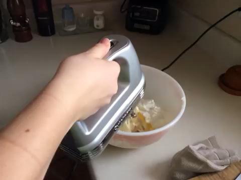 Mezcle los ingredientes en medio durante 45 segundos. A continuación, gire a la alta hasta que quede esponjoso. Esto por lo general toma 1-2 minutos. (Empezar lento por lo que la harina doesn't make a mess)