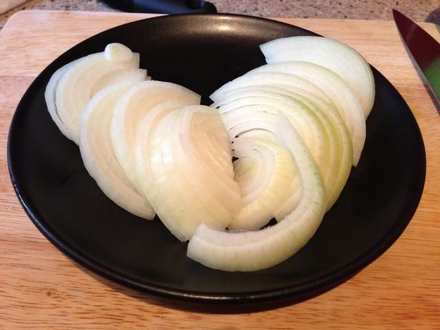 Calentar el aceite en una sartén antiadherente y cocinar las cebollas y las patatas a fuego medio-bajo durante 15-20 minutos o hasta que estén blandas, pero no dorados. Añadir una pizca de sal durante la cocción.