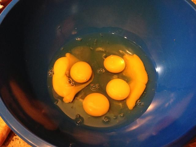 Batir los huevos hasta que're smooth. Add a dash of salt and pepper