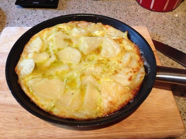Ase la tortilla en los últimos dos minutos hasta que la parte superior esté ligeramente dorado, retirar del horno.