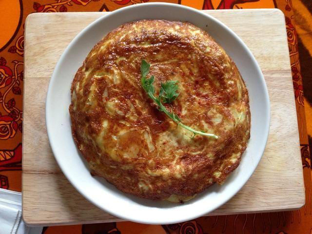 Voltear cuidadosamente la tortilla en un plato grande. Decorar con algunas verduras y algunos confites de pimentón ahumado si te gustan. Espere unos 20 minutos antes de servir.