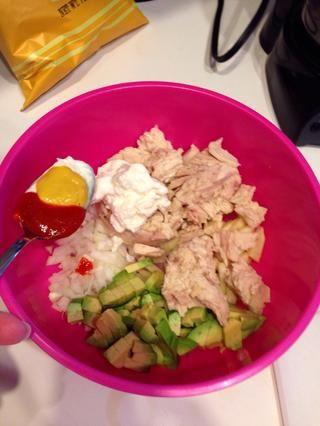 Picar media o 1 todo el aguacate. Añadir las 2 latas de atún escurrido. Utilicé una cuchara real y agregué una cuchara colmada de mayonesa, 1/2 de mostaza, 1/2 de Sriracha. Usted puede agregar tanto como usted prefiera.