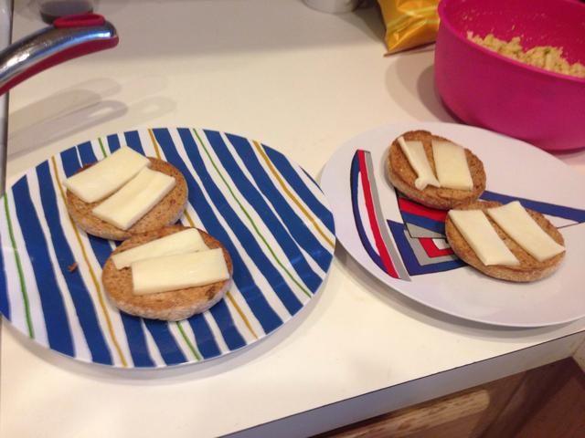 Yo tostado algunos trigo integral panecillos ingleses (pan funcionará) y agregué 2 rebanadas de queso jack (cheddar o cualquier otro queso será deliciosa así) para cada rebanada.