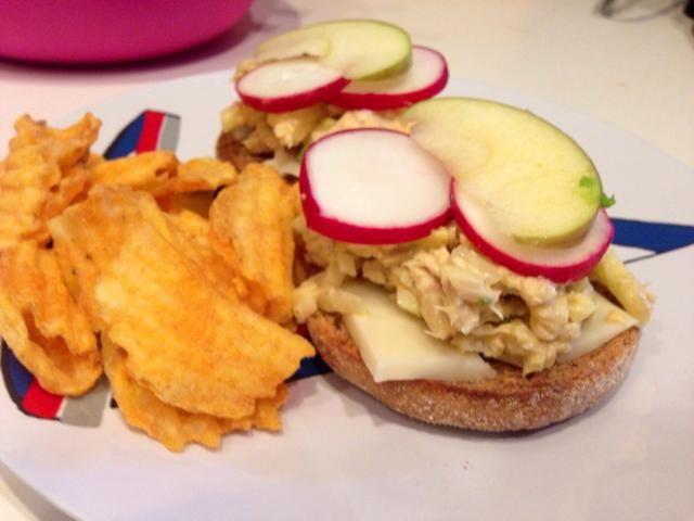 Añadido ensalada de atún en la parte superior, seguido de los rábanos y las rodajas de manzana. Disfruta con algunos chips!